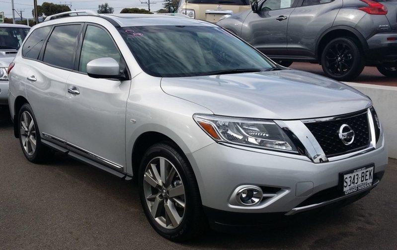 2015_Nissan_Pathfinder_(R52_MY15)_Ti_wagon_(17406943283).jpg